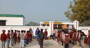 जौनपुर। मुंगराबादशाहपुर के नीभापुर प्राथमिक विद्यालय का सोमवार को नहीं खुला ताला ,बच्चे बाहर पढ़ने को मजबूर