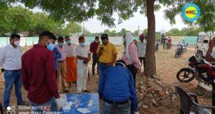 जौनपुर। गांव में पहुँची स्वास्थ टीम लिया सैम्पल, एसडीएम ने मौके का किया निरीक्षण।