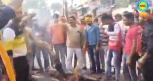 जौनपुर। विहिप कार्यकर्ताओं ने पाकिस्तान का पुतला फूंका और मुर्दाबाद के लगाए नारे।